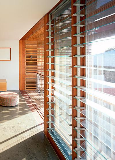 Cửa lá sách Altair Louvre có thể được lắp đặt trong rất nhiều loại khung bằng nhôm, gỗ và UPVC